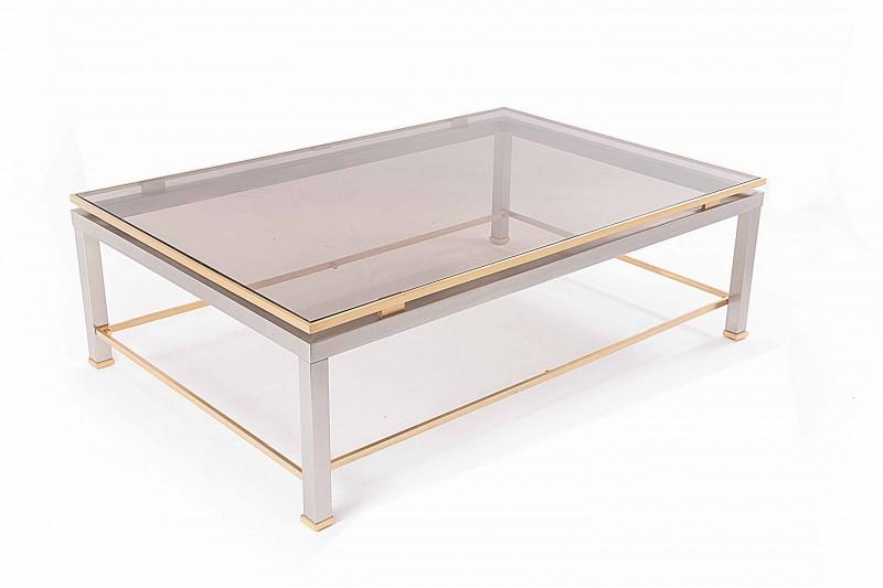 Table basse avec une structure en acier et laiton, et un plateau en verre fumé