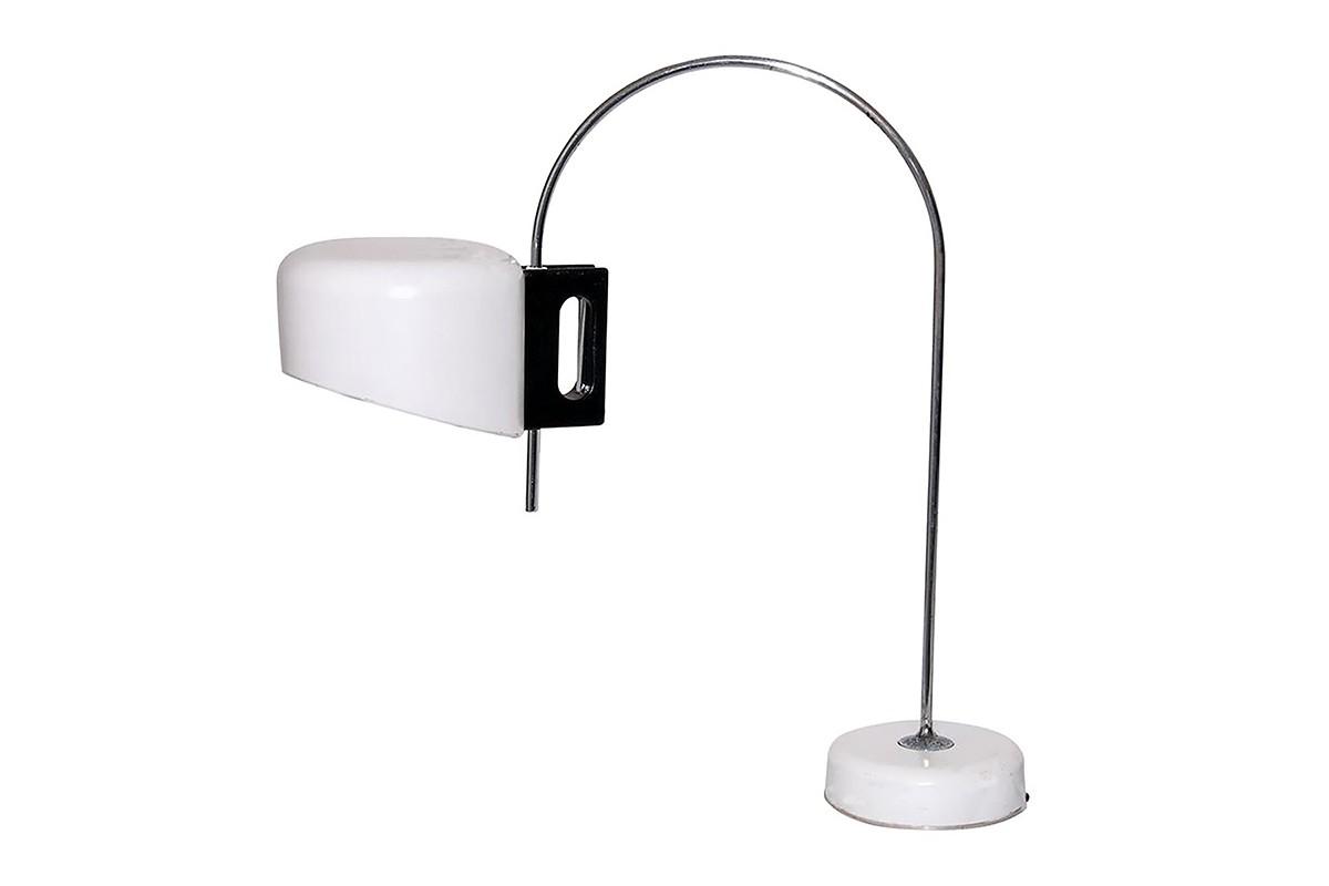 Lampe de table, en métal blanc et poignée bois, Italie 1970, style Joe Colombo