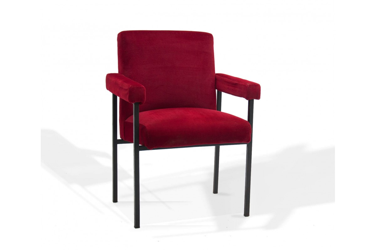 Fauteuil vintage en velour rouge, dans le style de Pierre Guariche