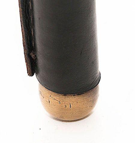 boule en laiton à l'extrémité d'un pied